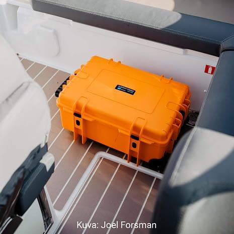 B&W 6700 Oranssi laukku veneen jalkatilassa